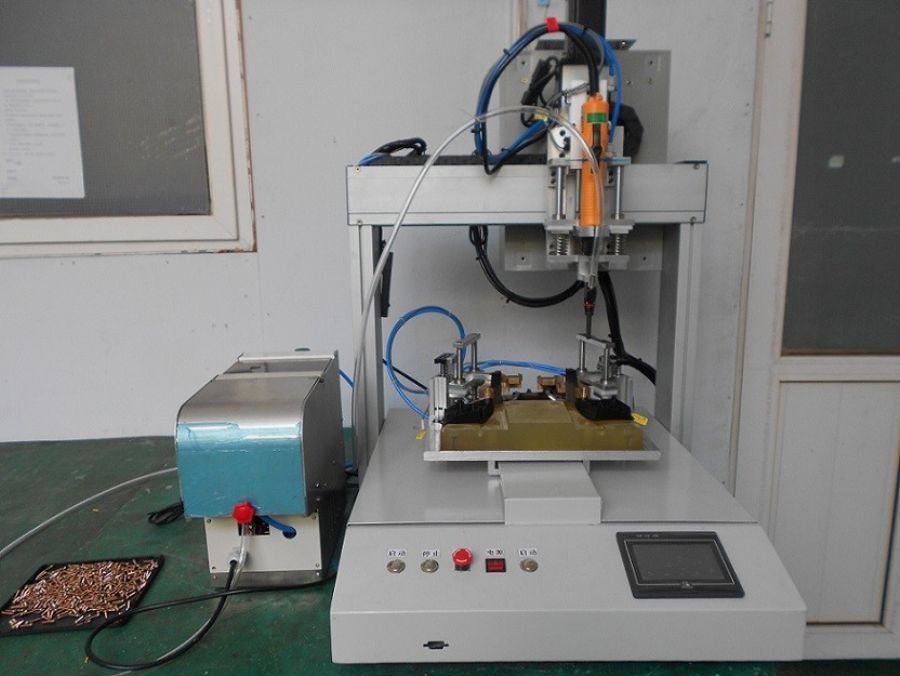 Fully-automatic screw locking machine